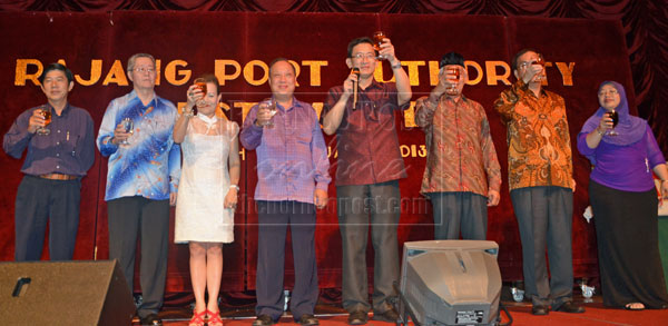 FOR A BETTER FUTURE: Goh (fourth right) leading others to make a toast for better years ahead.