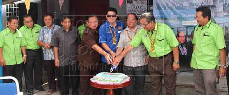 RASMI: Dr Rayong (empat kanan) dan Nyalau (tiga kanan) memotong kek merasmikan majlis itu.