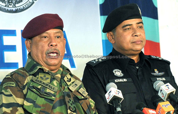 OPS DAULAT BRIEFING: Zulkifeli (left) and Khalid speaking to reporters during the press conference in Tungku, Lahad Datu. — Bernama photo