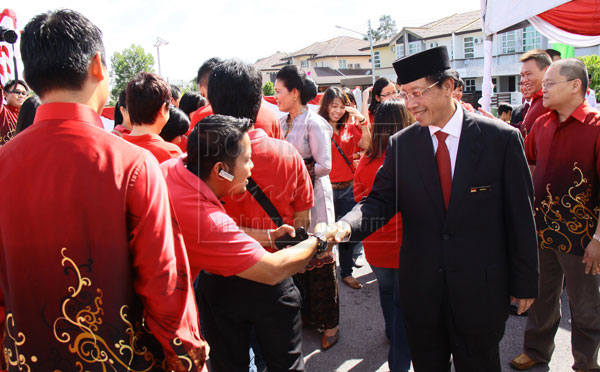 Consul gen indonesia owes it to swak for 180000 jobs borneopost indonesian independence day djoko right greeting fellow indonesians who came for the celebrations of indonesias 68th independence day m4hsunfo