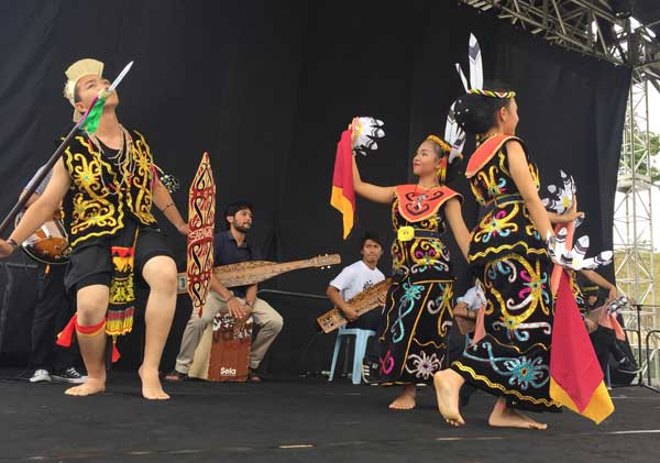Dancers and sape' students rehearsing for the Youth Festival during National Youth Week.
