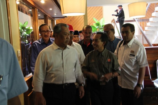 Muhyiddin (left) being welcomed by the Malaysian National Disaster Council director Sabah Rozhi Saad (second right) before the closed door briefing at Liwagu Restaurant situated within the Kinabalu National Park in Kundasang yesterday.