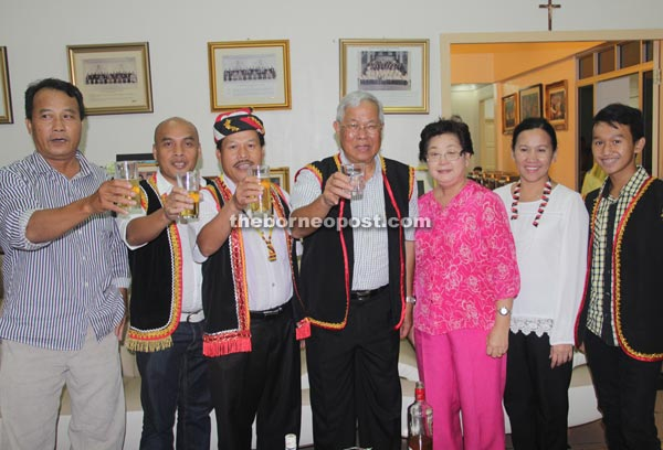 Manyin and Ik Pahon (sixth right) leading the guests to a Gawai toast.