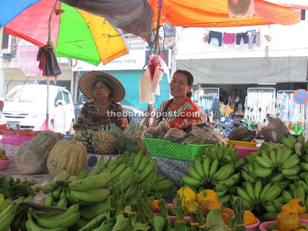 Women hawkers at Selangau Market.