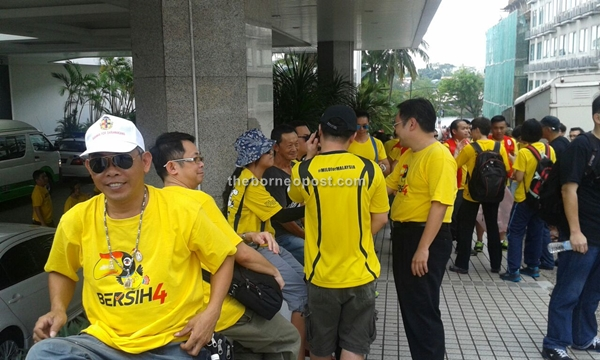 Bandar Kuching MP and Kota Sentosa assemblyman Chong Chieng Jen just arrived to the gathering spot in front of Hilton Hotel.