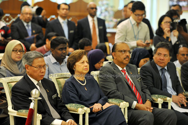(From left ) Minister of International Trade and Industry Datuk Seri Mustapha Mohamed, Bank Negara Governor Tan Sri Zeti  Aziz, Chief Secretary to the government Tan Sri Dr Ali Hamsa and Minister in the Prime Minister's Department, Datuk Seri Idris Jala attending the press conference where n Najib  announced the pro active economic measures to be taken by the government. — Bernama photo