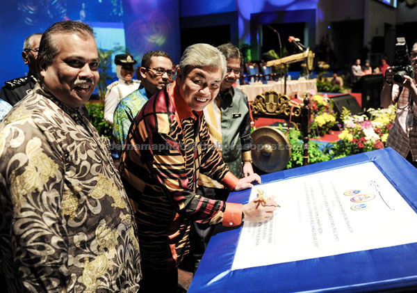 Ahmad Zahid (second left) signs the official plaque during the opening ceremony of the seminar on 'Security and Border Management'. — Bernama photo