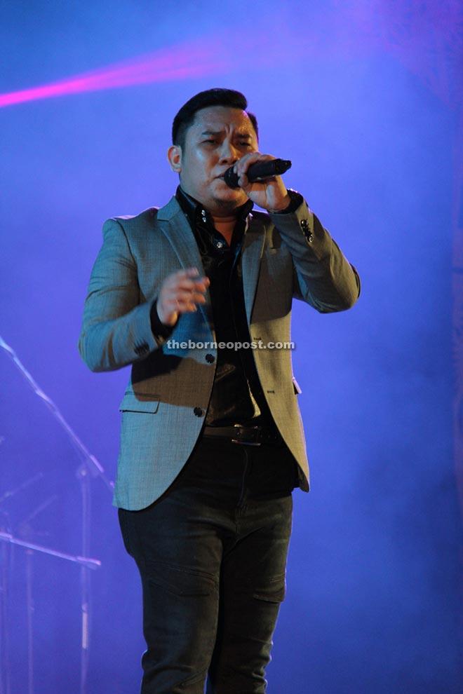 Rickie Andrewson performs his song entitled 'Atas Nama Pengerindu'.