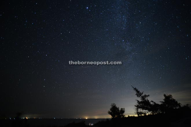 Twinkling stars in the night sky gives observers a peaceful mind.