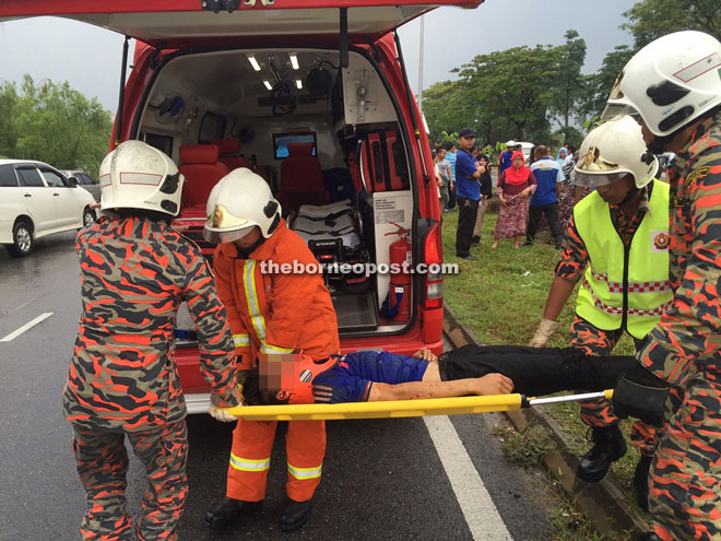 Biker left unconscious after accident at traffic lights | Borneo