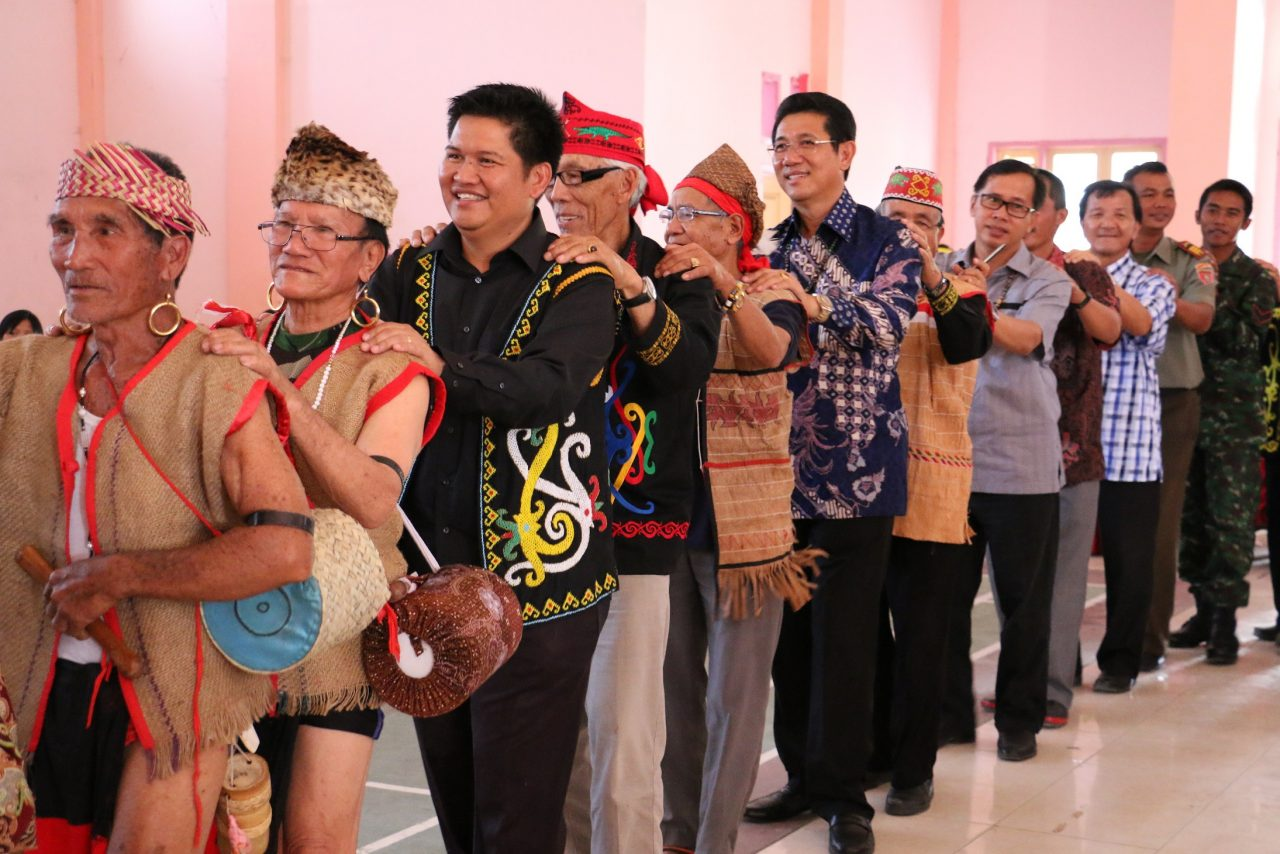 FORMADAT leaders together with guests and villagers dancing to a traditional song during the alliance's 10th anniversary celebration in 2014 in Long Bawan, Indonesia. ©WWF-Malaysia/Alicia Ng