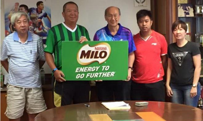 Nestle's Ng Ping Loong (second left) hands over the sponsorship to TTAM executive director Soong Poh Wah (centre) while team representatives (from left) Tan Boon Tiong of Putrajaya, Kho Mao Sheng and Ang Guat Kee of Sarawak look on after the conducting of the draw for the 28th Milo-Malaysia Hopes Table Tennis Championship recently.