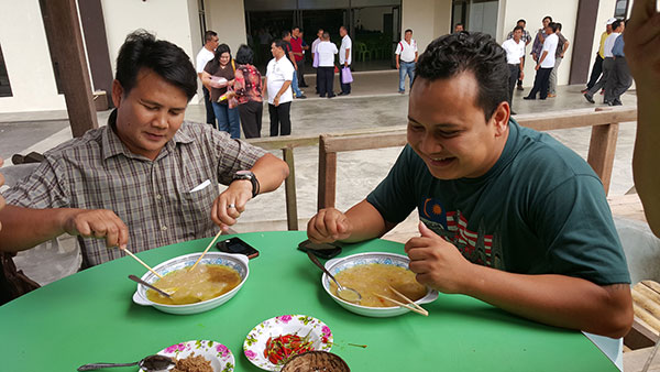 Visitors trying the linut dish.
