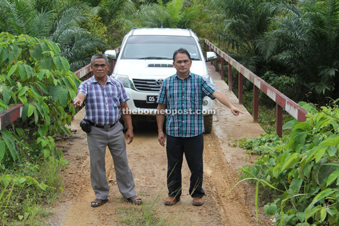 Ajang (left) and Bete showing the unmaintained road to Sekapang Piet, 3 km from Belaga town.