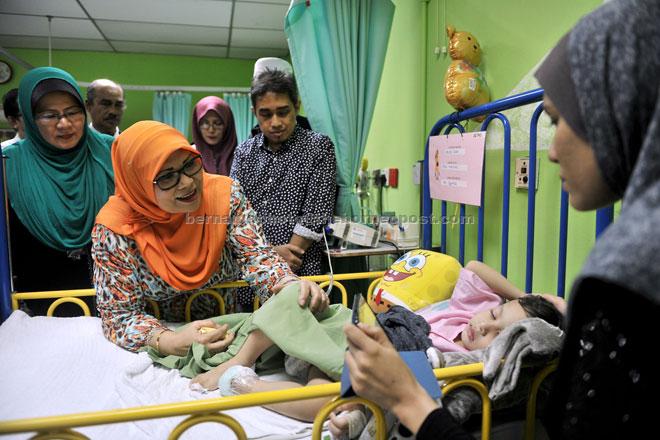 Rohani trying to cheer up Mikhail at the KL Hospital Paediatric Ward. — Bernama photo