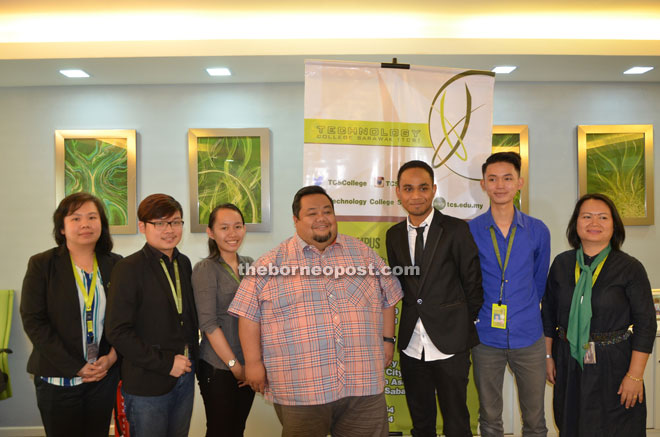 Azri Nor (centre) with the four students Teoh (second left), Wee (third left), Khairurani (second right) and Mohd Nazreen (third right) and a college staff.