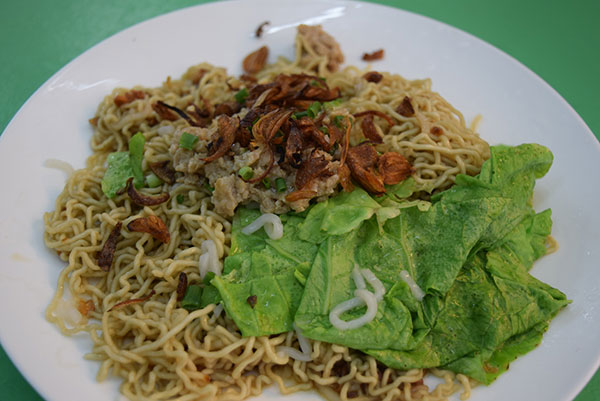 Most people come to enjoy healthy Kuching-style kolo mee at Warung 6.