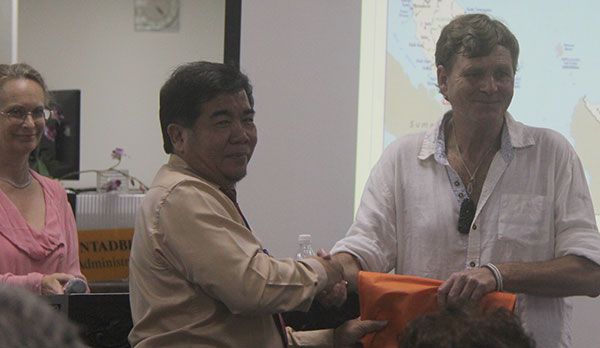Ipoi (centre) presents a token of appreciation to Walker.  Looking on is Friends of Sarawak Museum executive director Louise Macul.