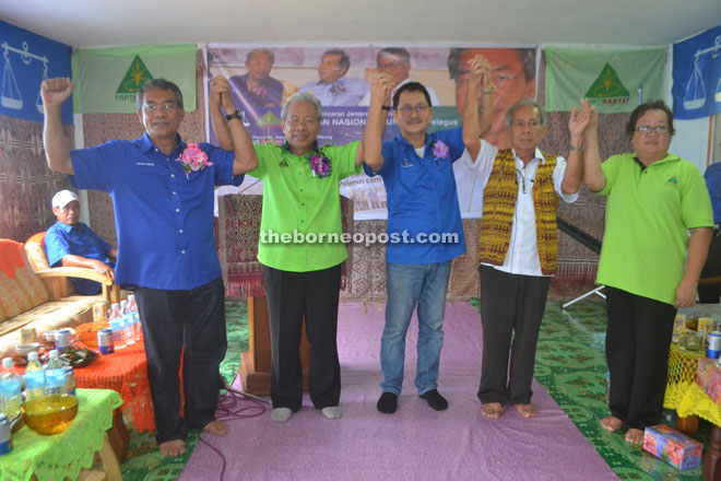 (From left) Nyabong, Masing, Kapit District Council walikota Philimon Nuing, Tuai Rumah Daniel Dian and PRS Pelagus Women's chief Magdeline Mai hold up their hands in solidarity.