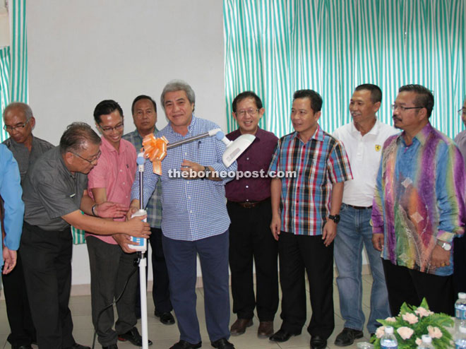 Awang Tengah (fifth from right) hands over the equipment to Lawas Hospital, witnessed by Tan (second from left), Lawas Hospital director Dr Azrine Aziz (third from left) and Awang Tengah's former classmates and schoolmates.
