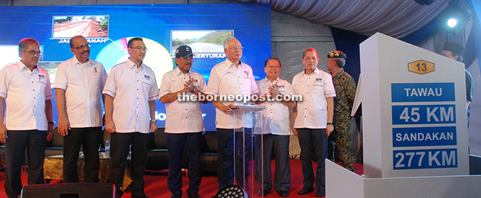 Najib  launches the Pan Borneo project at SMK Balung here while others look on.