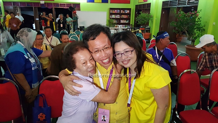 [9:02 PM, 5/7/2016] Lim How Pim BP: Dr Sim embraces his mother (left) and wife at the tallying centre at SMK Batu Kawa. [9:03 PM, 5/7/2016]Marilyn BP:Mother Puan Sri Lim Siew Kheng Wife Datin Enn Ong
