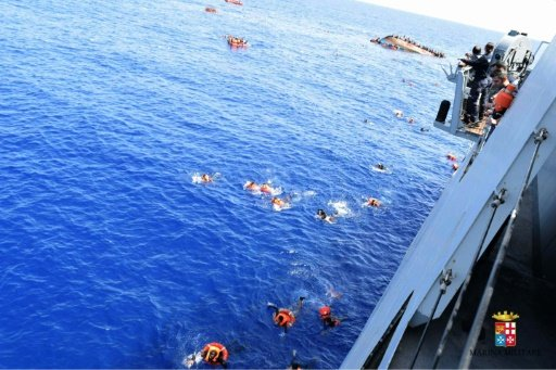 This handout picture released on May 25, 2016 by the Italian Navy (Marina Militare) shows the shipwreck of an overcrowded boat of migrants off the Libyan coast -Marina Militare / HO/AFP photo