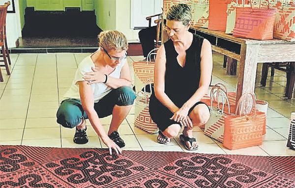 Shea (right) and Shell engineer Jennifer Konzuk admiring the mat, that Shea bought.