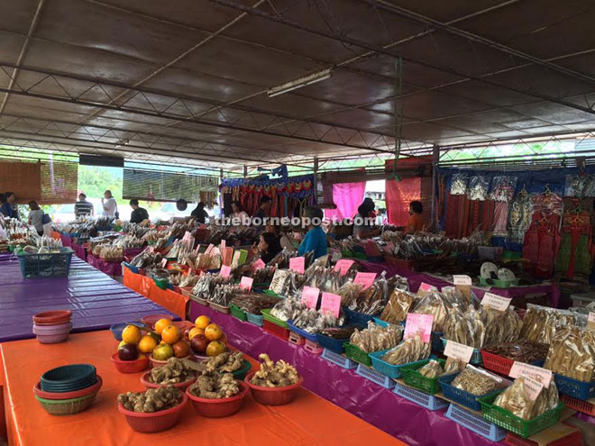 The Lachau Bazaar wet market which offers a wide array of products and jungle produce has become an important trading centre along the busy Kuching-Serian Road.