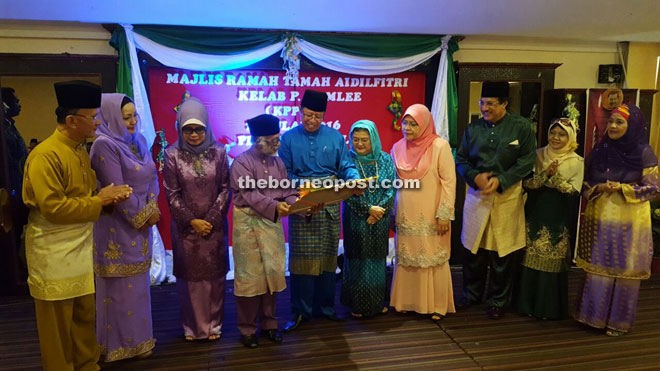 Abang Johari (fifth left) receiving a memento from Adi (fourth left) during the event. Also seen are Fatimah (third left), Juma'ani (fifth right) and other guests of honour.