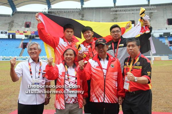 CEMERLANG: Abdul Karim (dua kanan) bersama pegawai-pegawai sukan dan atlet Sarawak meraikan kejayaan pada SUKMA XVIII.