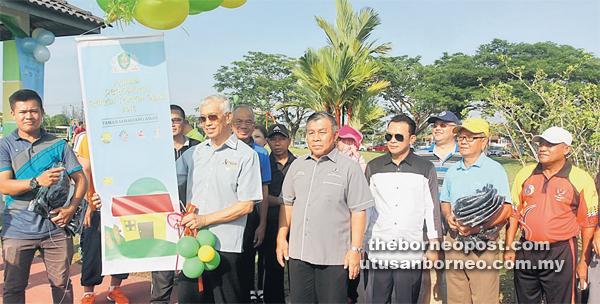 LANCAR: Abang Abdul Wahap ketika menyempurnakan simbolik pelancaran Program Rakan Taman di Taman Samariang Aman, semalam.