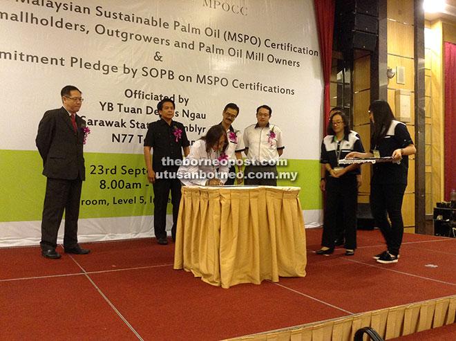 TANDA TANGAN: Dr Ainie menandatangani ikrar komitmen MSPO disaksikan oleh Chong, Dennis, Paul dan Eric (kanan) pada majlis di Hotel Imperial semalam.