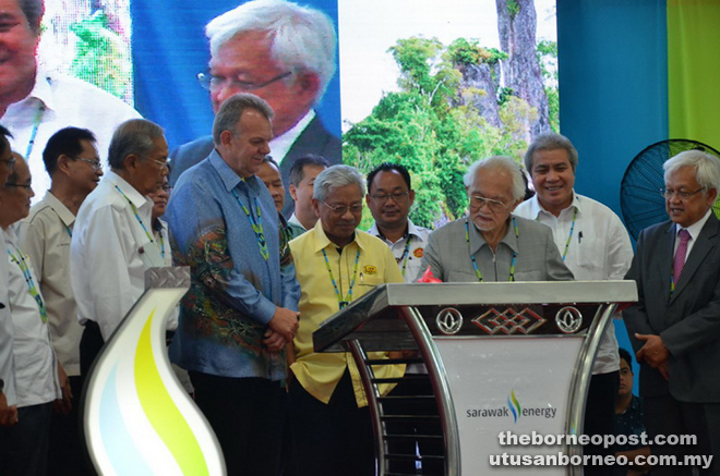 Taib signs the plaque to mark the official opening of the Murum HEP.