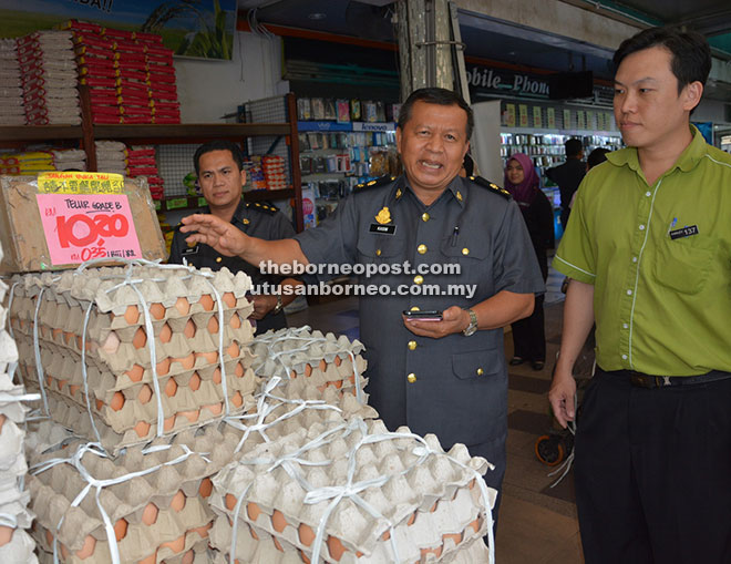 Kasim (second right) checks on the prices of eggs after officiating at Deevapali Festive Price Control Scheme 2016 held at Farley Supermarket here last Thursday (Oct 20).
