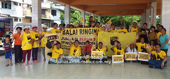 Bersih 5 convoy members together with villagers at Balai Ringin.