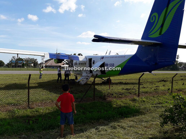 The Twin Otter ends up on a grassy verge next to the fence at Marudi Airport yesterday. — Photo courtesy of See Hua Daily News Marudi.