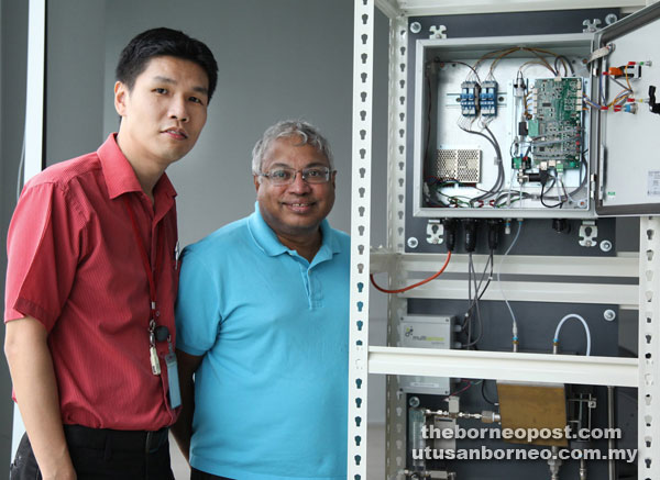 Ng  shows the sensor with his counterpart Dr Krishna C Persaud from the School of Chemical Engineering and Analytical Science, The University of Manchester, UK who was on a visit to Swinburne Sarawak.