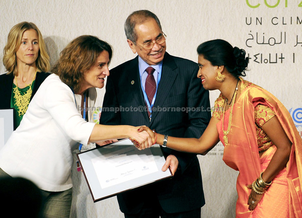 Advisory Board of the Momentum For UNFCCC chairperson Teresa Ribera Rodriguez (left) presents Connected Mangroves award certificate  to Supriya Prasannan, one of the participants, as Wan Junaidi looks on. — Bernama photo