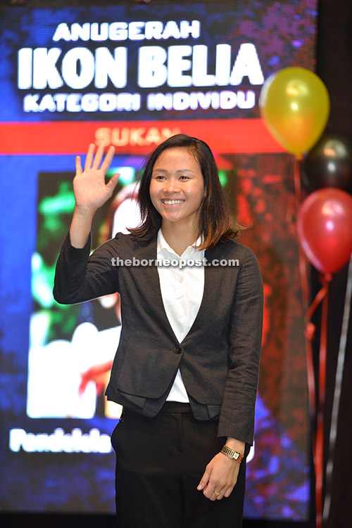 Pandelela waves during the ceremony.