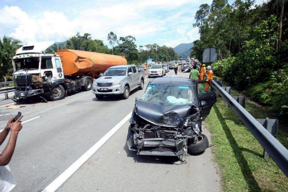 TAPAH, 18 Nov -- Kemalangan membabitkan beberapa kenderaan di KM321 Lebuh Raya Utara Selatan (arah selatan) menyebabkan laluan di kawasan itu sesak hari ini. -- fotoBERNAMA (2016) HAK CIPTA TERPELIHARA