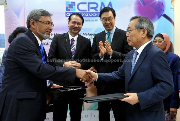 Noor Hisham (second left) with ambassador of Republic of Korea Dr Yu Hyun Seok (third left) witnessing the exchange of MoU between C&R Research Inc and Clinical Research Malaysia (CRM) at Menara Melawang in Petaling Jaya. — Bernama photo