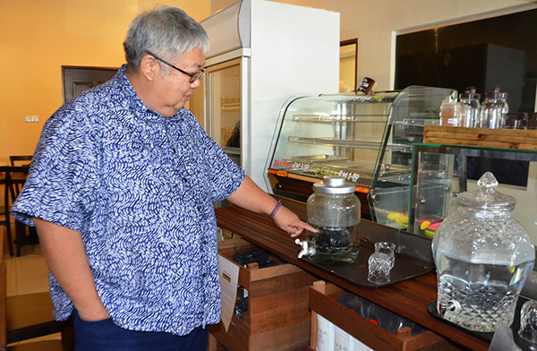Chan explains how tap water can be further purified, using bamboo biochar chips.