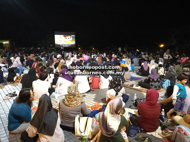 2,000 watch movie under the stars at State Library | Borneo Post Online