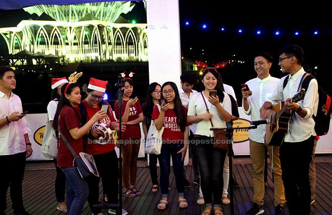 carollers sing one of many christmas songs at kuching waterfront bernama photo - Christmas Carollers