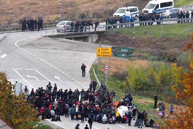 EU-bound migrants scuffle with Bosnian police near border
