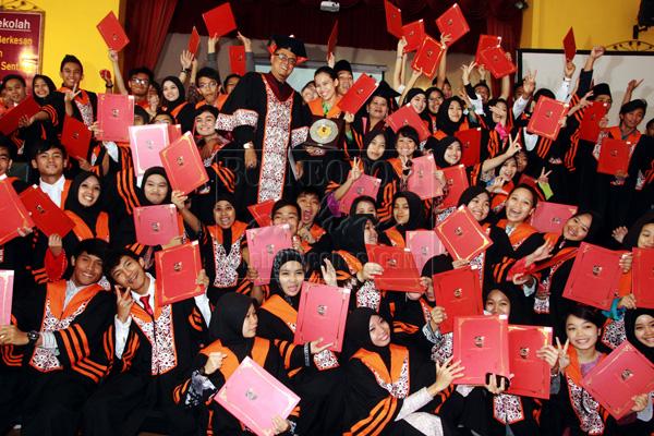 75 Sekolah Seni Malaysia Kuching Graduands Receive Their Scrolls Borneo Post Online