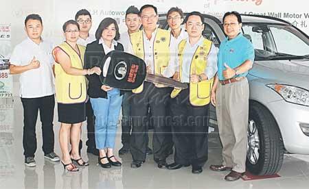 HADIAH HOLE-IN-ONE: Pengarah Yu Lee Hong, Hong Siew Hua (dua kiri) menyerahkan replika kunci kepada Bong (tiga kanan) untuk kejohanan golf di Kuching, semalam. — Gambar Muhammad Rais Sanusi