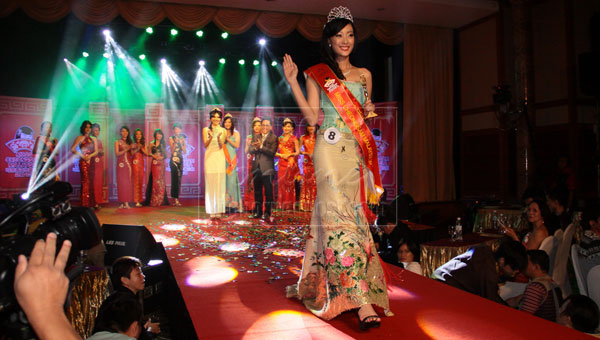 THE WINNER: Lim waves to the audience after being crowned Miss Cheongsam Malaysia 2013.