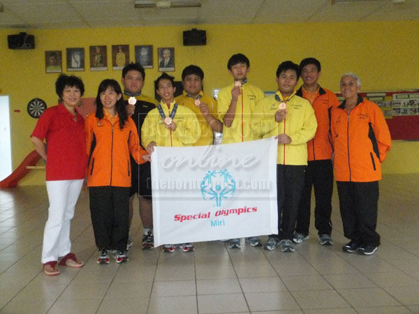 MALAYSIA'S PRIDE: Chai (right) with Miri athletes, coaches and officials of SOWWG 2013.